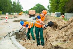 在建造场所的建造者 免版税库存图片
