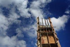 在建造场所againt蓝天的唯一杆 免版税图库摄影