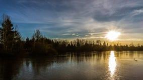 在冻都市湖的日落 免版税库存图片