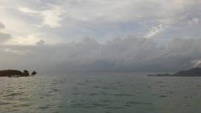 在从酸值苏梅岛海岛看见的泰国湾上的日出,泰国在多云早晨 免版税库存照片