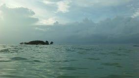 在从酸值苏梅岛海岛看见的泰国湾上的日出,泰国在多云早晨 图库摄影