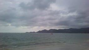 在从酸值苏梅岛海岛看见的泰国湾上的日出,泰国在多云早晨 库存照片