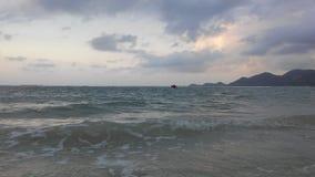 在从酸值苏梅岛海岛看见的泰国湾上的日出,泰国在多云早晨 库存图片