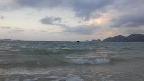在从酸值苏梅岛海岛看见的泰国湾上的日出,泰国在多云早晨 免版税库存图片