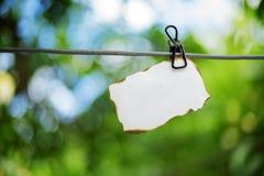 在绳索采取的一张纸的图片 图库摄影