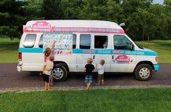 在邻里冰淇凌卡车的孩子 免版税图库摄影