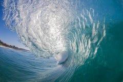 在水里面的卷曲的空心波浪 库存图片