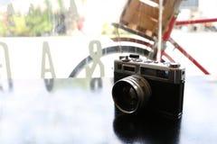 在黑金属桌面视图的彩色片照相机与拷贝空间 免版税库存照片