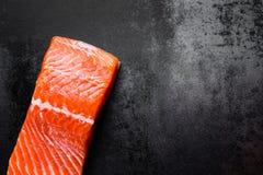 在黑金属背景,顶视图的未加工的三文鱼或鳟鱼海鱼内圆角 库存照片