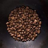 在黑钢背景的咖啡豆 库存图片