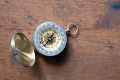 在黄铜案件的老指南针在葡萄酒木背景顶视图特写镜头 库存图片