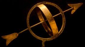 在黄铜的日规与尘土 库存照片