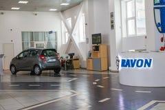 在2017年经销权Ravon陈列室和汽车在基洛夫市 图库摄影