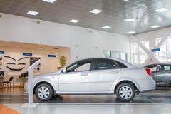 在2017年经销权Ravon陈列室和汽车在基洛夫市 免版税图库摄影