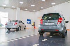 在2017年经销权Ravon陈列室和汽车在基洛夫市 库存图片