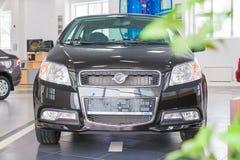 在2017年经销权Ravon陈列室和汽车在基洛夫市 免版税库存图片