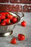 在滤锅的成熟草莓 免版税库存照片