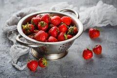 在滤锅的成熟草莓 库存照片