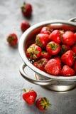 在滤锅的成熟草莓 免版税库存图片