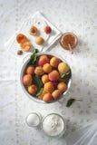 在滤锅的杏子 免版税库存照片