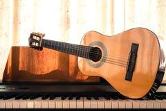 在琴键的吉他 库存照片