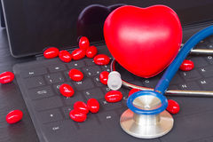 在黑键盘的听诊器 免版税图库摄影