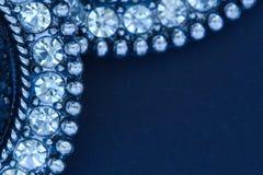 在黑闪烁背景的Diamante耳环 图库摄影