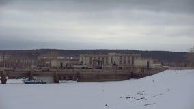 在水闸的雪 冻运河闭合的运输锁反对城市风景背景的 股票录像