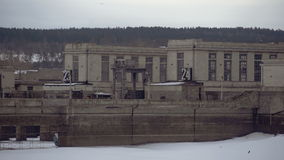 在水闸的雪 冻运河闭合的运输锁反对城市风景背景的 股票视频