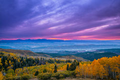 在默阿布秋天颜色城市的五颜六色的剧烈的日落天空 免版税库存照片