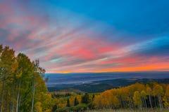 在默阿布秋天颜色城市的五颜六色的剧烈的日落天空 库存图片
