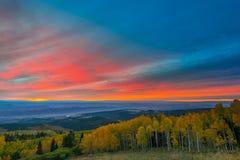 在默阿布秋天颜色城市的五颜六色的剧烈的日落天空 免版税库存图片