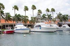 在从阿鲁巴海岛的港口开汽车游艇 库存照片