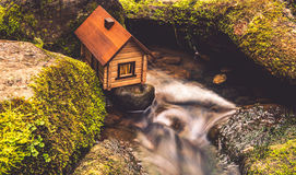 在水附近的之家 库存照片