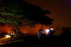 在水附近的夜树 免版税库存图片