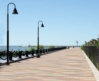 在水附近的浪漫木板走道 免版税库存图片