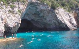 在洞附近的游泳者 免版税库存图片