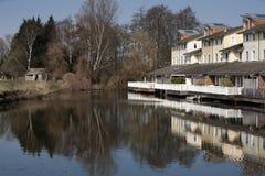 在水附近的议院在安静的邻里 库存照片