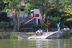 在水附近的议院 图库摄影
