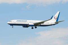 在登陆前的波音737-800 (VQ-BSS)航空公司Orenair在普尔科沃机场 免版税库存照片