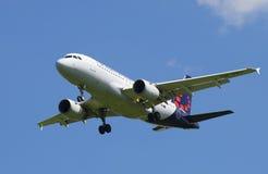 在登陆前的空中客车A319-111 OO-SSU布鲁塞尔航空公司在普尔科沃机场 免版税库存照片