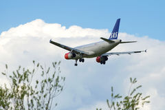 在登陆的空中客车A319-131 (OY-KBR) — SAS斯堪的纳维亚航空公司在普尔科沃airpor前 图库摄影
