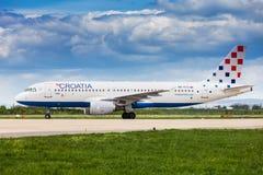 在登陆以后的克罗地亚航空公司空中客车在萨格勒布 免版税库存图片