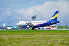 在登陆以后的Donavia空中客车A319-111飞机在普尔科沃国际机场在圣彼德堡,俄罗斯 免版税库存图片
