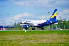 在登陆以后的Donavia空中客车A319-111飞机在普尔科沃国际机场在圣彼德堡,俄罗斯 库存照片