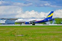 在登陆以后的Donavia空中客车A319-111飞机在普尔科沃国际机场在圣彼德堡,俄罗斯 免版税图库摄影
