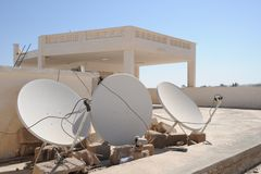 在医院屋顶的卫星天线 图库摄影