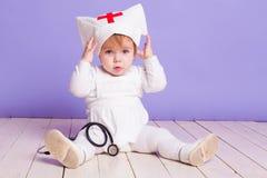 在医院护士的小女孩戏剧 库存照片