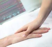 在医院护理和协助概念的握手 库存照片