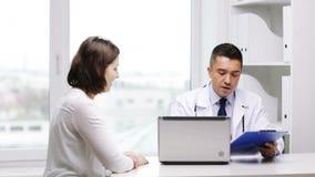 在医院的微笑的医生和少妇会议 股票视频
